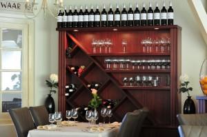 tafel en wijnkast